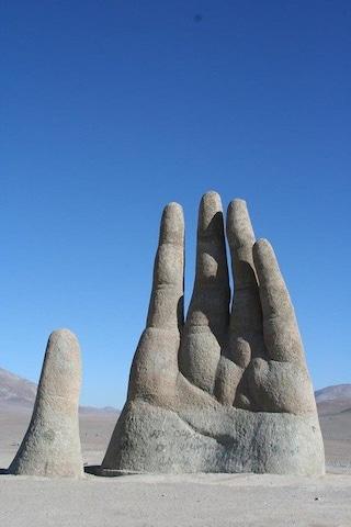 La mano gigante che fuoriesce dal deserto in Cile