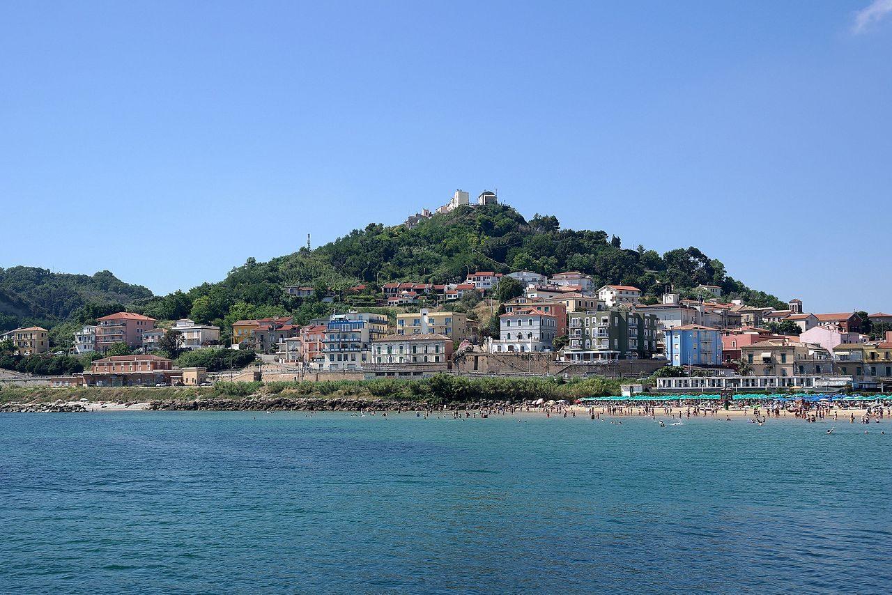 Veduta della frazione di San Vito Marina, con sopra la collina il convento di San Vito Chietino