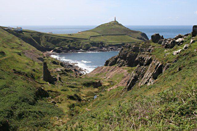 Veduta della Valle di Kenidjack. Sullo sfondo Cape Cornwall – Foto www.geograph.org.uk