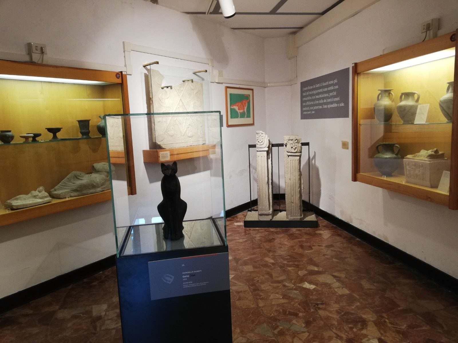 Il Gatto in terracotta di Marcello Guasti dialoga alla perfezione con i reperti antichi del Museo Archeologico