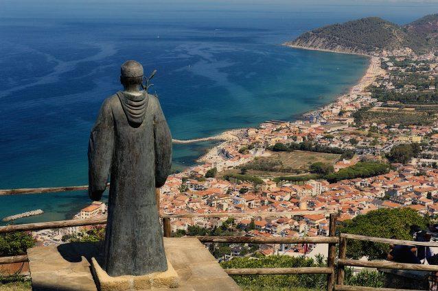 Belvedere di Castellabate con la statua di San Costabile