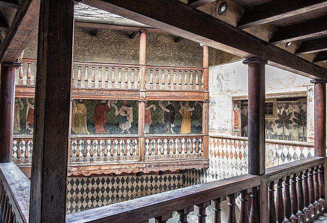 Veduta interna del Castello di Fénis con gli affreschi – Foto Wikimedia Commons
