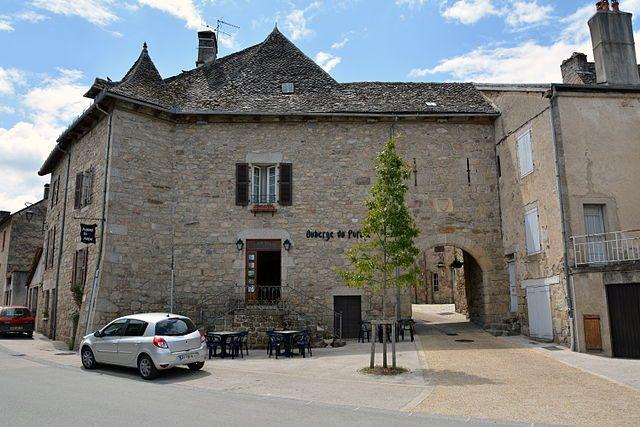 Porta del villaggio di Marcolès – Foto Wikimedia Commons