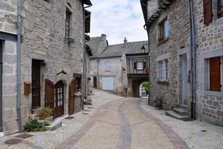 Alla scoperta di Marcolès, un pittoresco borgo francese