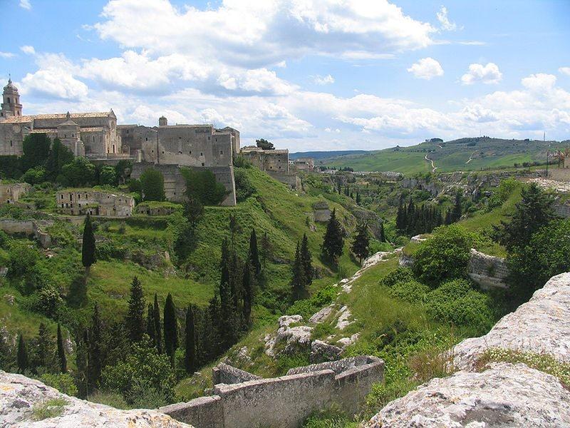 """Vista della Cattedrale e del torrente La """"Gravina"""""""
