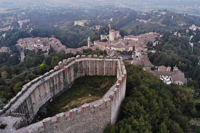 Vista dall'alto della Rocca e del borgo di Asolo