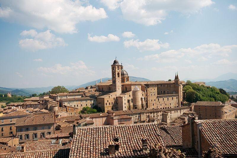 Vista di Urbino dal colle della fortezza con il Duomo ed il Palazzo Ducale.