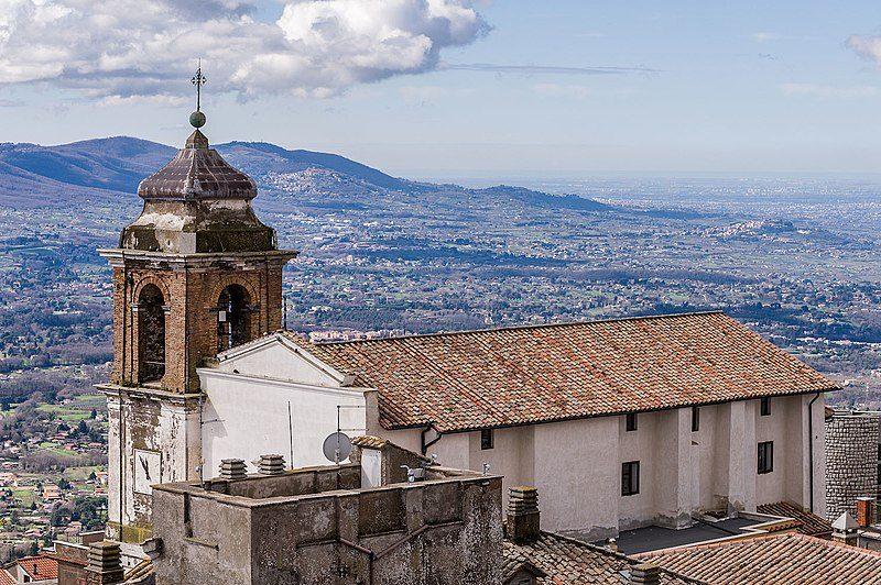 Chiesa di San Pietro e panorama sui Castelli Romani e Roma