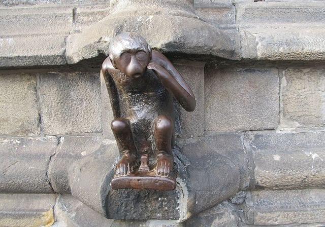 La Singe du Grand Garde, la scimmietta in ghisa incastonata nella facciata dell'Hotel de Ville – Foto Wikipedia