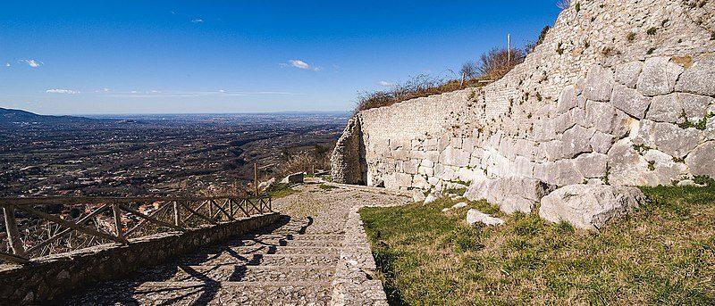 Un tratto delle mura poligonali di Castel San Pietro Romano