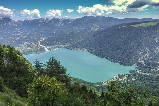 Vista sul Lago di Santa Croce e Alpago