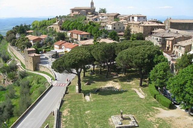 vista sull'affascinate borgo di Montalcino