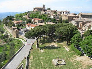Montalcino: un viaggio tra vino e fascino medievale