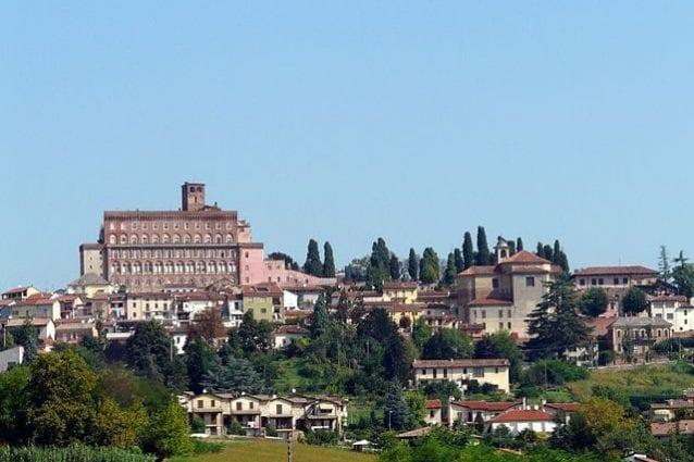 Panorama di San Giorgio Monferrato con il Castello sullo sfondo – Foto Wikimedia Commons
