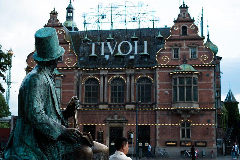 Statua di H. C. Andersens davanti il Tivoli