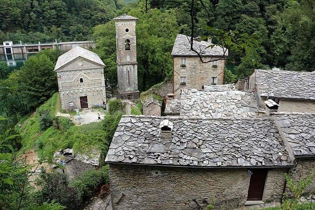 Isola Santa, la Chiesa di San Jacopo e le casette in pietra – Foto Wikipedia