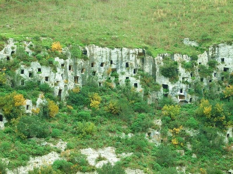 Necropoli Pantalica, architettura funeraria rupestre
