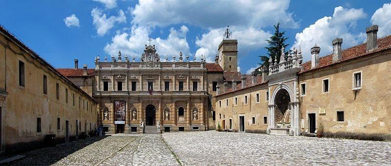 Cortile d'ingresso della Certosa di Padula