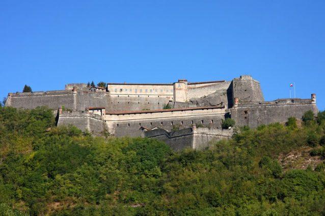 Il forte di Gavi nella sua interezza visto dal basso