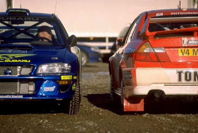 Juha Kankkunen sulla Subaru Impreza e Tommi Makkinen sulla Mitsubishi Lancer durante il Rally di Svezia del 2000.