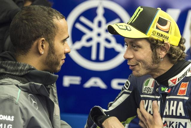 Lewis Hamilton con Valentino Rossi al box Yamaha, Gp di Francia 2013