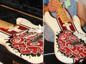 La chitarra dedicata a Marco Simoncelli e che andrà all'asta per la Fondazione (Facebook)