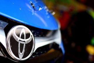 Maxi richiamo per Toyota, 2,4 milioni di auto ibride a rischio incidente