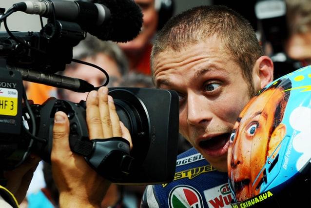Valentino Rossi con il casco speciale per il Mugello dopo la vittoria del 2008 / Getty