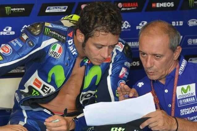 Valentino Rossi insieme a Luca Cadalora al box Yamaha