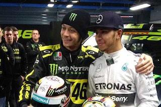Hamilton in sella alla Yamaha, Rossi in Mercedes: a fine anno lo scambio tra campioni