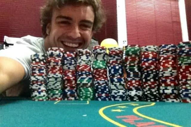 Foto twitter Alonso poker