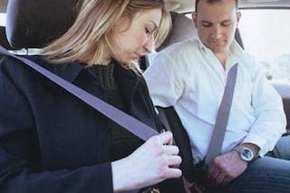 Se il passeggero non allaccia la cintura, la responsabilità è anche del conducente