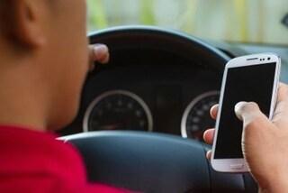 Codice della Strada, via la patente per chi guida con il cellulare