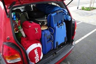 Vacanze estive, come caricare i bagagli in auto senza rischiare la multa