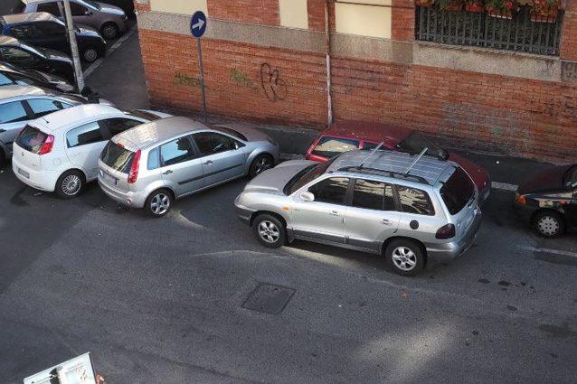 Dipingere Strisce Parcheggio : L operaio come giotto disegna le strisce nei parcheggi alla