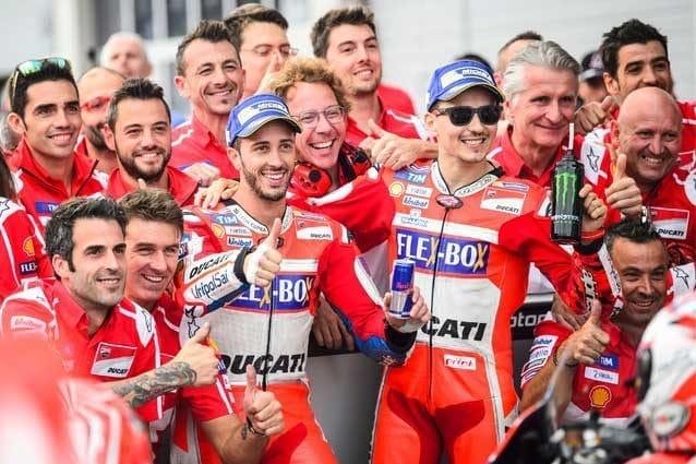 Andrea Dovizioso e Jorge Lorenzo al parco chiuso con il team Ducati / GettyImages