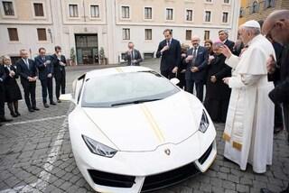 Venduta per 715 mila euro la Lamborghini di Papa Francesco, il ricavato in beneficenza