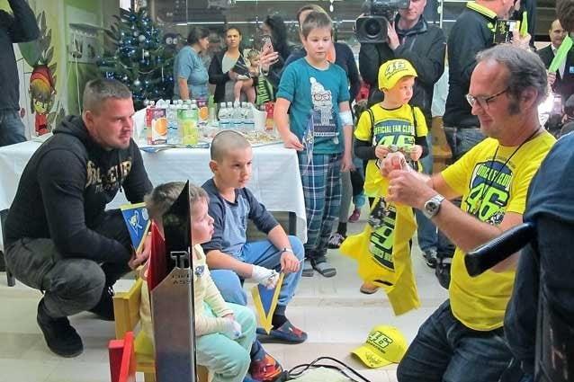 I doni per i piccoli pazienti consegnati da Flavio Fratesi, responsabile dell'Official fan Club di Valentino Rossi / Primorske Novice