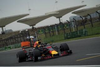F1, GP Cina: è crisi Hamilton, anche i ricchi piangono. Ricciardo, che show!