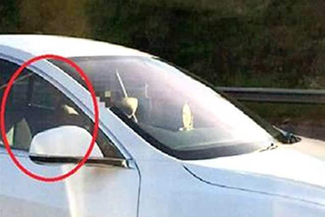 L'uomo sul sedile del passeggero mentre la vettura è guidata dall'Autopilot / Hertfordshire Constabulary