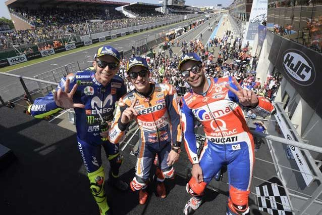 Selfie per Marquez, Petrucci e Rossi sul podio di Le Mans / MotoGP.com