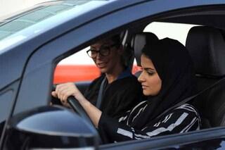 Donne al volante, cade un altro tabù: adesso sarà possibile anche in Arabia Saudita
