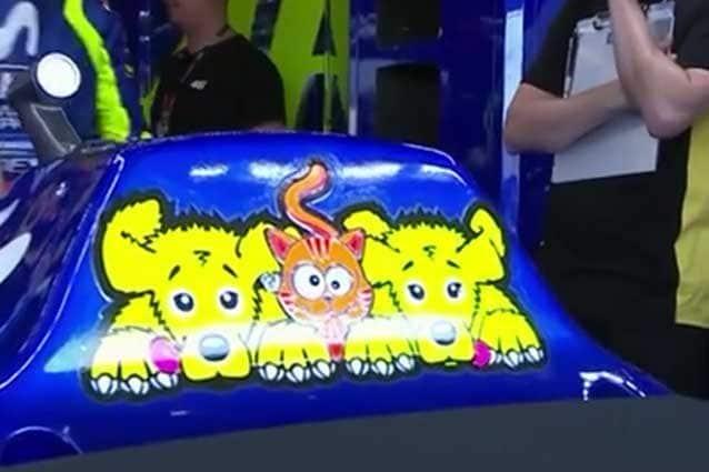 Il nuovo adesivo sulla Yamaha di Valentino Rossi: due nuovi cani e il mitico gatto Rossano / MotoGP.com