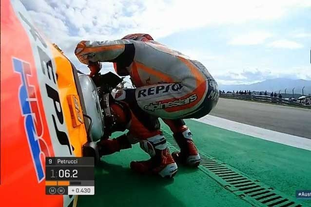 Marquez rialza la sua Honda dopo la caduta in curva 3 / MotoGP.com