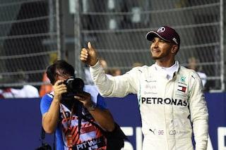 Hamilton al fianco della fondazione Schumacher, in vendita la maglia per il record di pole
