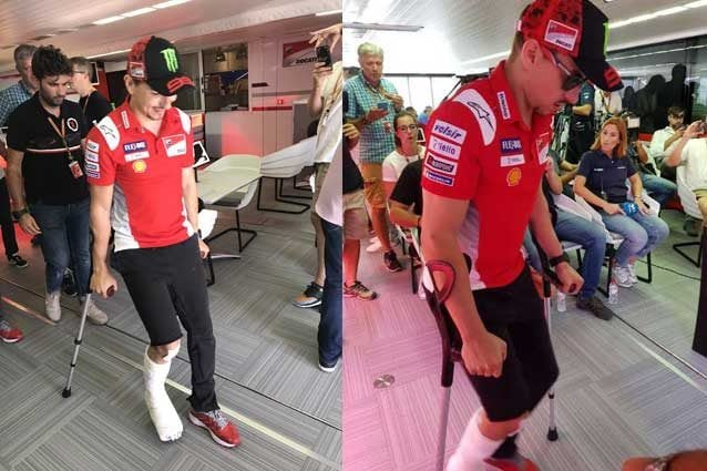 Jorge Lorenzo con gesso e stampelle dopo l'incidente alla prima curva di Aragon