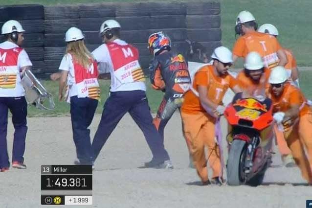 Pol espargaro guadagna l'uscita dopo la caduta in curva 2 / MotoGP.com