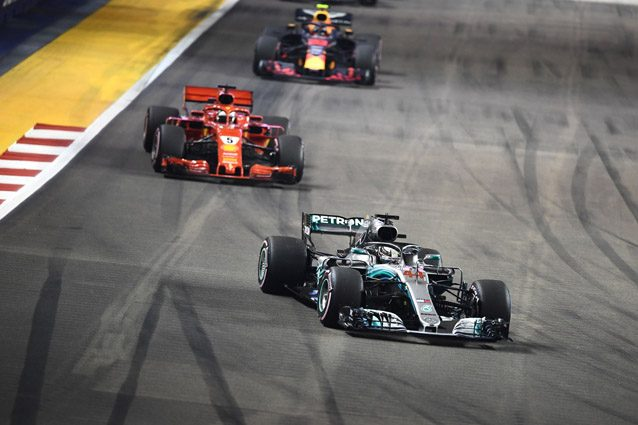 Sebastian Vettel dietro a Lewis Hamilton – Getty images