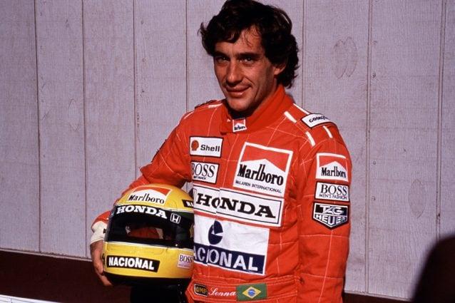 Ayrton Senna insieme al suo casco – LaPresse
