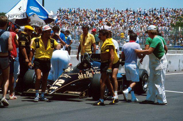 Nigel Mansell sviene dopo aver spinto la sua Lotus sul traguardo – LaPresse